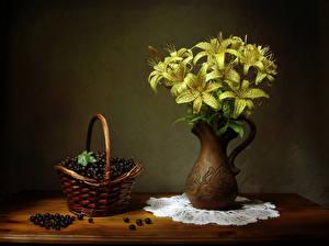 Bilder Stillleben Lilien Johannisbeeren Vase Gelb Weidenkorb Lebensmittel