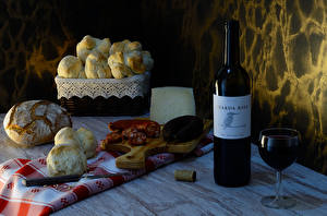 Fondos de escritorio Bodegón Vino Pan Bollo Salchicha Queso Botellas Vaso de vino Tabla de cortar Alimentos