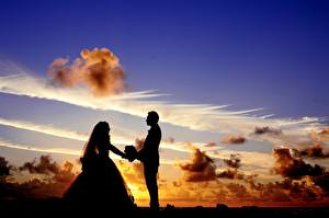 Desktop wallpapers Sunrises and sunsets Sky Man Lovers Clouds Silhouettes Two Grooms Bride