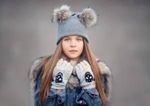 Bilder Mütze Handschuh Braunhaarige Kleine Mädchen Blick Kinder
