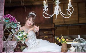 Fonds d'écran Asiatique Bouquets Jeune mariée Aux cheveux bruns Les robes Sourire Belles jeune femme