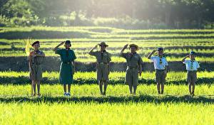Hintergrundbilder Asiatische Gras Jungen Kleine Mädchen Der Hut Flagge Lächeln Uniform Shorts Pfadfinderin Kinder