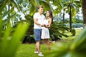 Bilder Asiatische Mann Paare in der Liebe 2 Lächeln Shorts Umarmung Mädchens