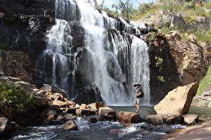 Bilder Australien Steine Fluss Wasserfall Felsen Reisender MacKenzie Falls Natur