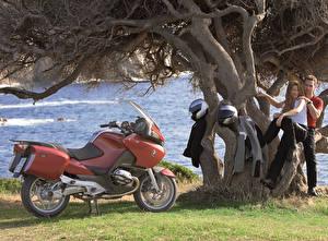 Bakgrundsbilder på skrivbordet BMW - Motorcyklar Män Hjälm Två 2 2003-09 R 1200 RT Motorcyklar Unga_kvinnor