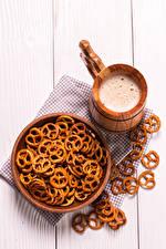 Bilder Bier Kekse Bretter Becher Schaum Schüssel das Essen