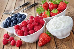 Hintergrundbilder Beere Himbeeren Erdbeeren Heidelbeeren Bretter Die Sahne Schüssel
