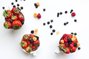 Fotos Beere Erdbeeren Heidelbeeren Himbeeren Brombeeren Weißer hintergrund Tasse Drei 3 Lebensmittel