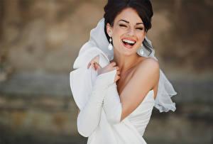 Bilder Bräute Brünette Lacht Ohrring Fröhliches Kleid Weiß junge Frauen