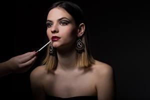 Fonds d'écran Aux cheveux bruns Maquillage Boucle d'oreille Lèvres rouges Fond noir Filles
