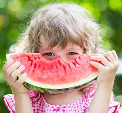 Hintergrundbilder Augen Wassermelonen Kleine Mädchen Hand Stücke Starren Kinder