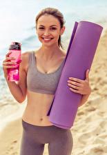 Hintergrundbilder Fitness Braune Haare Lächeln Bauch junge frau Sport