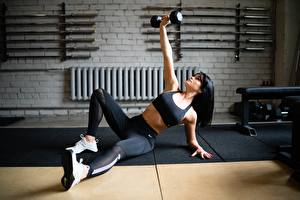 Fotos Fitness Trainieren Hanteln Bein Turnschuh Hand Pose Mädchens