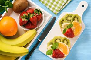 Hintergrundbilder Obst Erdbeeren Orange Frucht Bananen Kiwi Messer Schneidebrett Geschnittene das Essen