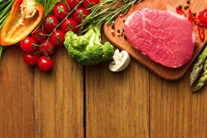 Fondos de escritorio Productos càrnicos Verdura Tomate Hongos Piper nigrum Carne de cerdo Holzplanken Alimentos