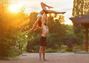 Fotos Mann Gymnastik Zwei Braune Haare Bein Trainieren Hand Sport Mädchens