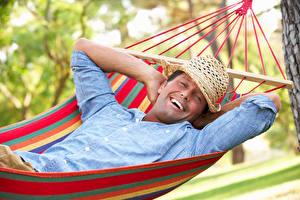 Fotos Mann Hängematte Der Hut Glücklich Lächeln