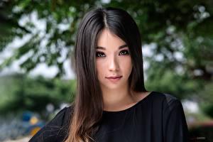 Fotos Model Starren Haar Schönes Brünette Gesicht Unscharfer Hintergrund