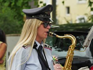 Bilder Musikinstrumente Uniform Blondine Der Hut Brille Krawatte Mädchens