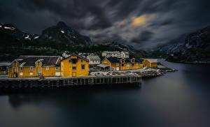 Fondos de Pantalla Noruega Islas Lofoten Montañas Casa Aldea Noche Bahía Nusfjord Ciudades