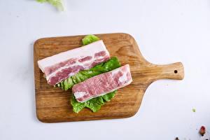 Fondos de escritorio Carne de cerdo Fondo gris Tabla de cortar Pedazo Salo - alimento comida