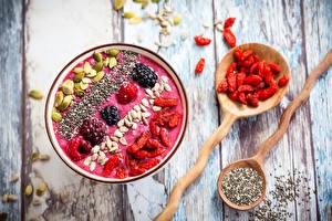 Fotos & Bilder Smoothie Himbeeren Brombeeren Sonnenblumensamen Beere Bretter Getreide Schüssel Löffel Lebensmittel