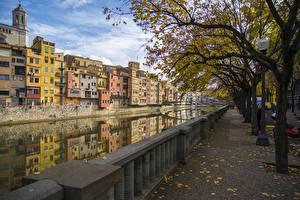 Hintergrundbilder Spanien Gebäude Herbst Kanal Bäume Zaun Girona Städte