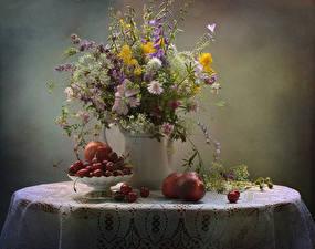 Bilder Stillleben Sträuße Pfirsiche Kirsche Kornblume Tischdecke Vase Tisch Glocke das Essen Blumen