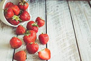 Fotos Erdbeeren Nahaufnahme Bretter Schüssel Lebensmittel