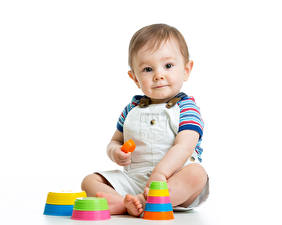 Bureaubladachtergronden Speelgoed Witte achtergrond Jongens Baby Kijkt Zitten kind