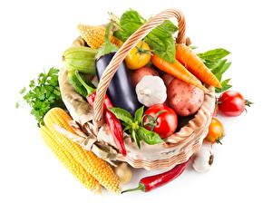 Fotos Gemüse Mais Aubergine Tomate Mohrrübe Knoblauch Chili Pfeffer Weißer hintergrund Weidenkorb Lebensmittel