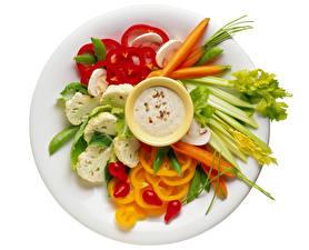 Bilder Gemüse Paprika Mohrrübe Weißer hintergrund Teller Geschnittene Lebensmittel