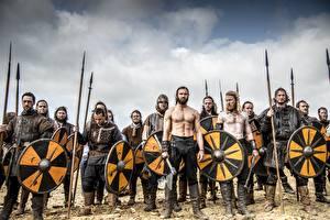 Hintergrundbilder Krieger Mann Vikings (Fernsehserie) Schild (Schutzwaffe) Speer Film
