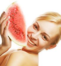 Bilder Wassermelonen Finger Weißer hintergrund Blondine Lächeln Stück Starren junge frau