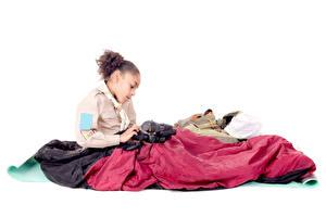 Fotos Weißer hintergrund Kleine Mädchen Sitzt Fotoapparat Neger Pfadfinderin kind