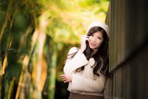 Fonds d'écran Asiatique Arrière-plan flou Main Regard fixé Sourire Cheveux noirs Fille Pull-over jeunes femmes