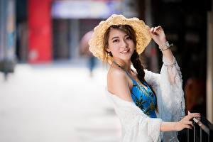 Fonds d'écran Asiatique Arrière-plan flou Chapeau Regard fixé Tresse Joli