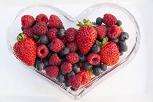 Bilder Beere Erdbeeren Himbeeren Heidelbeeren Weißer hintergrund Herz das Essen
