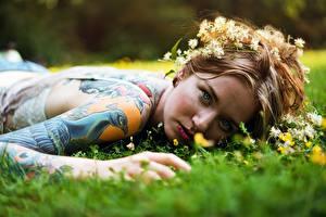 Fonds d'écran Arrière-plan flou Herbe Visage Voir Tatouage Main Piercing Couchée jeune femme