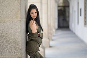 Hintergrundbilder Brünette Jacke Hübsch Unscharfer Hintergrund Model junge Frauen