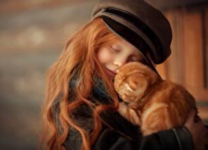 Fotos Katzen Rotschopf Haar Umarmt Ingwer farbe Kleine Mädchen Kinder Tiere