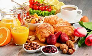 Fotos Kaffee Fruchtsaft Croissant Nussfrüchte Erdbeeren Tomaten Haselnuss Frühstück Tasse Trinkglas das Essen