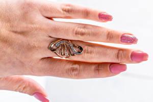 Papel de Parede Desktop Dedos da mão De perto Fundo branco Anel de joias Manicuro