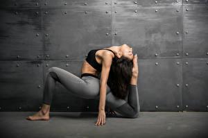 Bilder Fitness Gymnastik Wände Körperliche Aktivität Bein Hand Brünette junge frau Sport