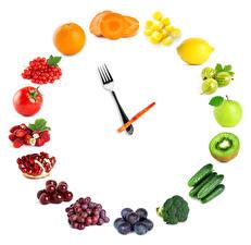 Bilder Obst Gemüse Kreative Uhr Tomaten Trauben Äpfel Zitronen Gurke Pflaume Apfelsine Erdbeeren Kirsche Weißer hintergrund das Essen