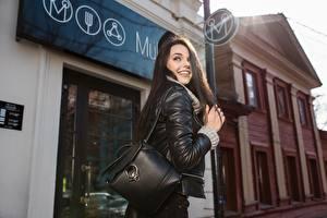 Fotos Handtasche Brünette Lächeln Jacke junge frau