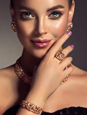 Hintergrundbilder Schmuck Armband Gesicht Starren Hand Maniküre Glamour junge Frauen