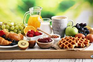 Desktop hintergrundbilder Fruchtsaft Milch Backware Croissant Weintraube Konfitüre Äpfel Kaffee Himbeeren Frühstück Tasse Kannen Eier das Essen