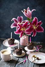 Bilder Lilien Cupcake Kerzen Kaffee Cappuccino Vase Teller Tasse Lebensmittel