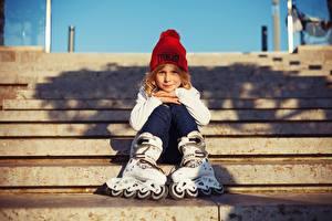 Hintergrundbilder Kleine Mädchen Mütze Sitzend Rollschuh Kinder